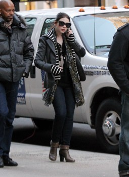 Мишель Трахтенберг, фото 4457. Michelle Trachtenberg On the Gossip Girl Set - NYC - December 13, 2011, foto 4457