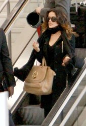 Сэльма Хаек, фото 3457. Salma Hayek arrives at Charles de Gaulle airport Paris, february 28, foto 3457