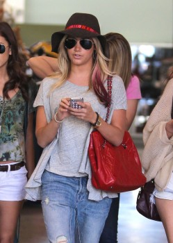 Эшли Тисдэйл, фото 7828. Ashley Tisdale goes out with some friends Santa Monica, march 3, foto 7828